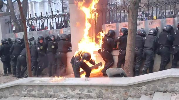 Policiers-ukrainiens-vs-Cocktail-Molotov