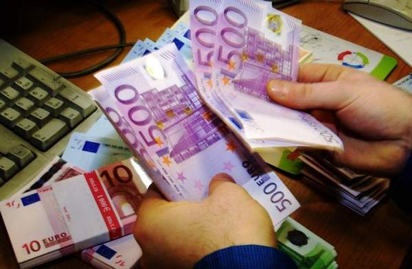 cashier_counting_euro_notes