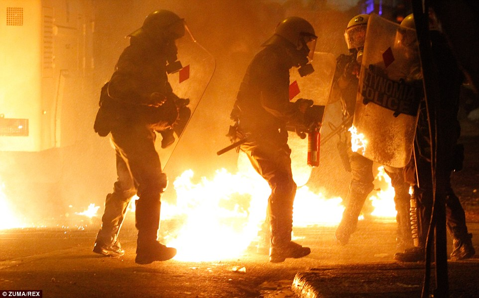 DOSSIER : Situation actuelle en Grèce après 4 ans d'austérité !  23D2D0C500000578-2863964-Rioters_pictured_amid_a_backdrop_of_flares_flee_the_area_as_riot-a-99_1417913692811