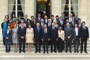 324538_la-photo-de-famille-du-gouvernement-de-jean-marc-ayrault-5e-a-g-au-1er-rang-avec-a-sa-gauche-francois-hollande-17-mai-2012-a-l-elysee