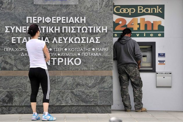 A-chypre-des-habitants-font-la-queue-devant-un-distributeur-automatique-930-620_scalewidth_630