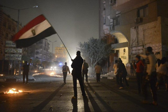 protestataire-agite-drapeau-egyptien-lors