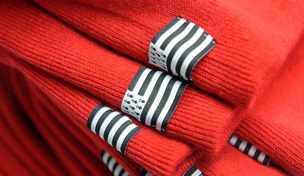 des-bonnets-armor-lux-dans-l-usine-de-l-entreprise-a-quimper-le-31-octobre-2013_4520452