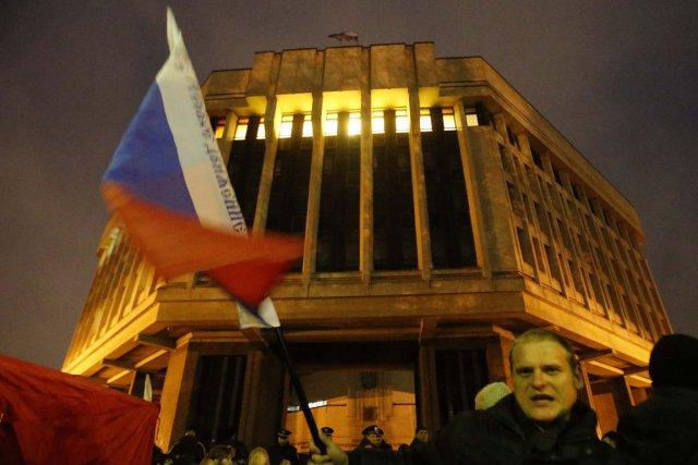 819237-homme-agite-drapeau-russe-devant