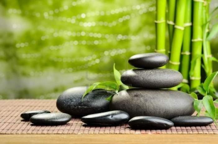 11012117-zen-des-pierres-de-basalte-et-de-bambou-sur-le-bois