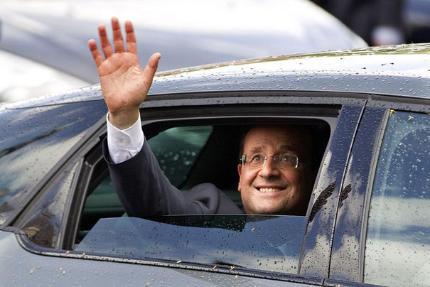 959837_france-s-new-president-francois-hollande-waves-from-his-car-as-he-leaves-after-a-traditional-ceremony-at-paris-city-hall-in-paris