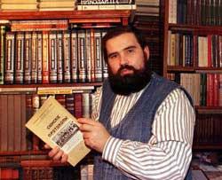 Mikhail Lépekhine, chez lui. Dans ses mains, la première édition parisienne en russe des Protocoles