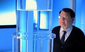 « Le jour où l'on admet que les ondes peuvent agir, on peut agir et traiter par les ondes. C'est un nouveau domaine de la médecine qui fait peur à l'industrie pharmaceutique », souligne Luc Montagnier...