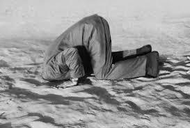 homme-tête dans le sable