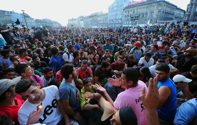 des-milliers-de-migrants-installes-devant-la-gare-de-budapest-le-2-septembre-2015-en-hongrie_5408039