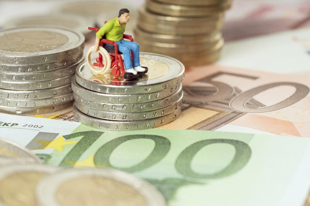argent-billets-euros-fauteuil-roulant-handicap