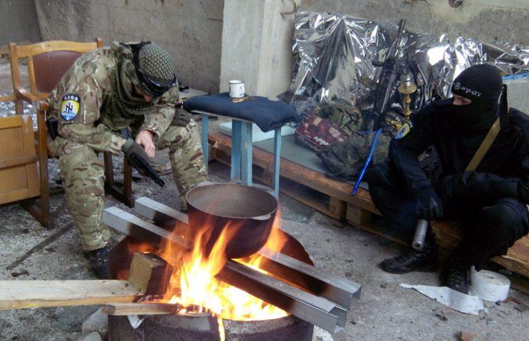 Affrontements en Ukraine : Ce qui est caché par les médias et les partis politiques pro-européens - Page 18 Islamistes-azov-768x496